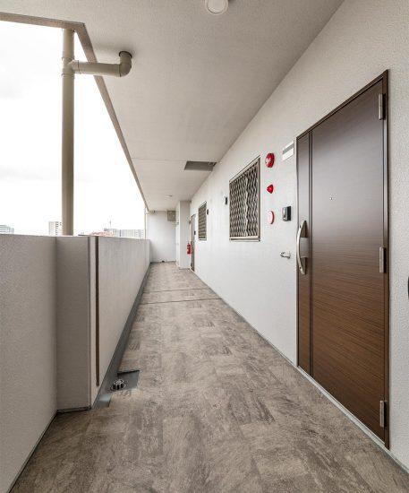 名古屋市名東区の賃貸マンション併用住宅の各戸にはおしゃれな扉のある廊下