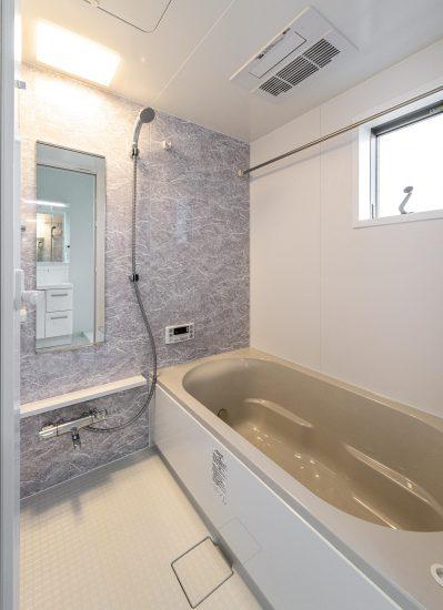 名古屋市西区のモダンな戸建賃貸住宅の大理石柄のゆったりとしたバスルーム