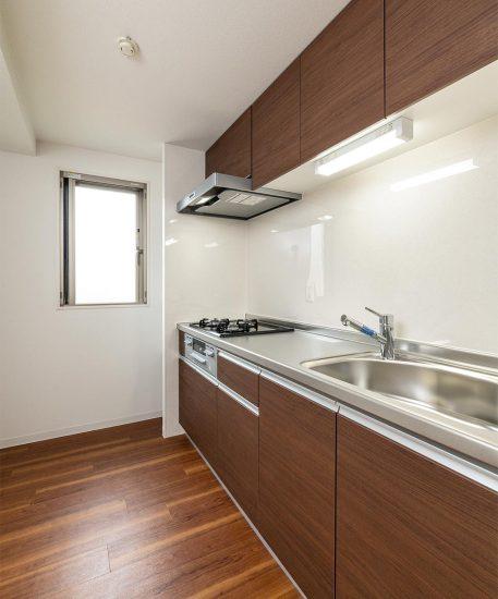 名古屋市名東区の3階建て賃貸マンションの吊戸棚の付いたシステムキッチン