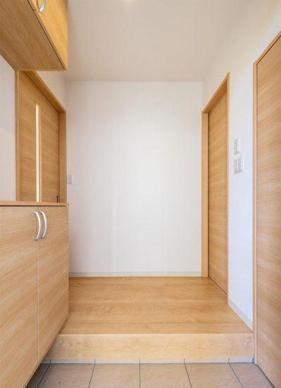 名古屋市西区のモダンな戸建賃貸住宅の木目模様のシューズボックスの付いた玄関ホール