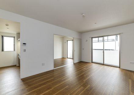 名古屋市名東区の3階建て賃貸マンションの窓があり明るいLDKと洋室