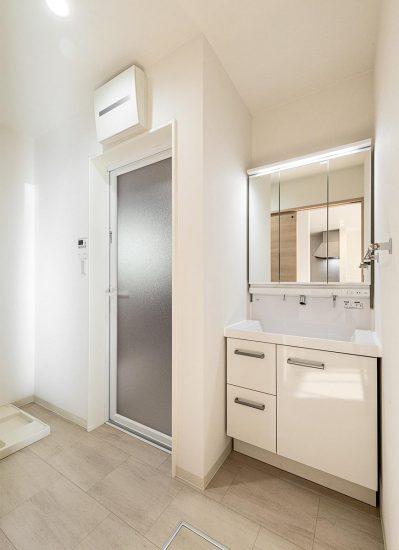 名古屋市西区のモダンな戸建賃貸住宅の白で統一された洗面室