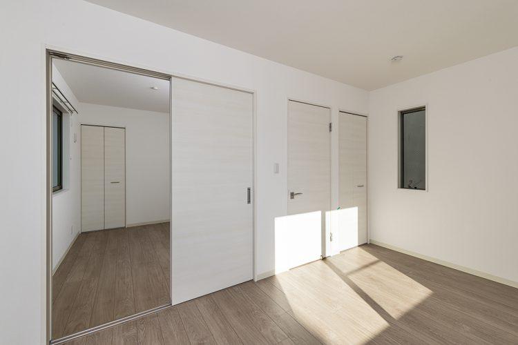 名古屋市西区のモダンな戸建賃貸住宅の落ち着いた色のフローリングの洋室
