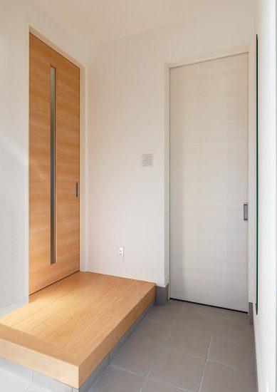 名古屋市名東区のシンプルなデザインの注文住宅の横にシューズクローゼットの付いた玄関ホール