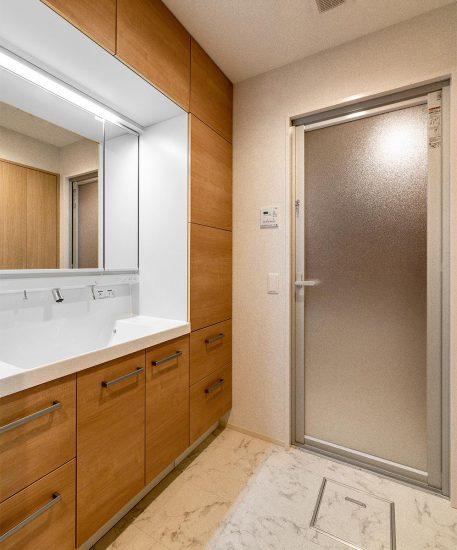 名古屋市名東区の賃貸マンション併用住宅の収納がたっぷりと付いた洗面室