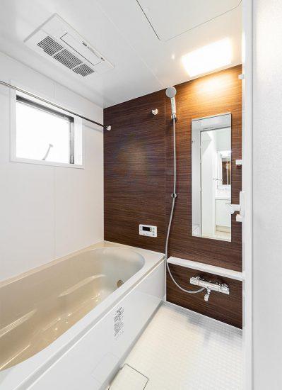 名古屋市西区のモダンな戸建賃貸住宅の窓の付いた明るいバスルーム