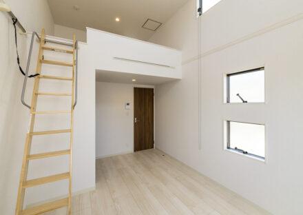 名古屋市中村区のロフト付き賃貸アパートの窓があり明るいロフト付き2階洋室