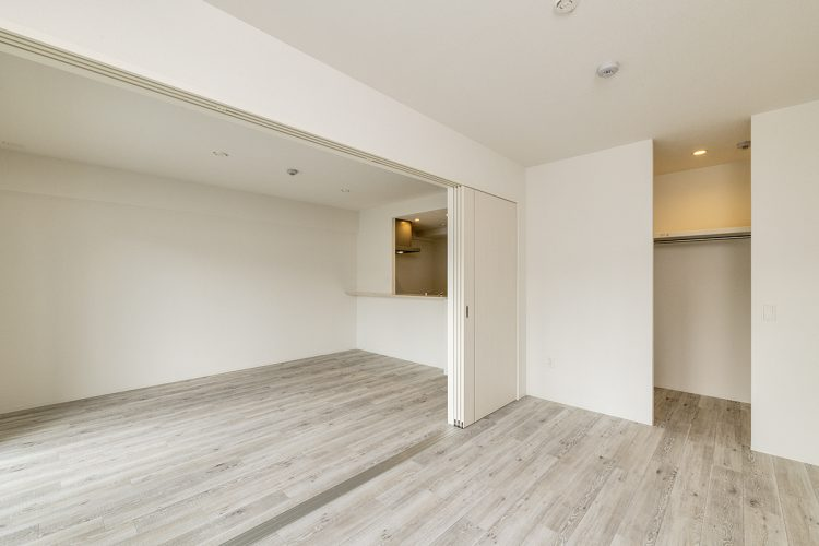 名古屋市名東区の賃貸マンション併用住宅のウォークインクローゼットの付いた洋室とLDK