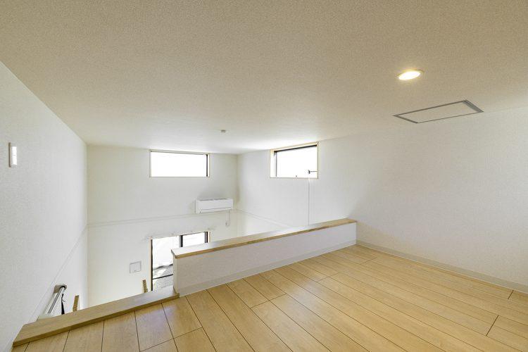 名古屋市中村区のロフト付き賃貸アパートの上部に窓があり明るいロフト