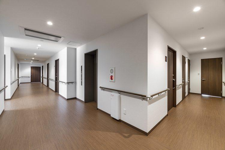 愛知県春日井市のサービス付き高齢者住宅の下駄箱付きの手すり付きの廊下