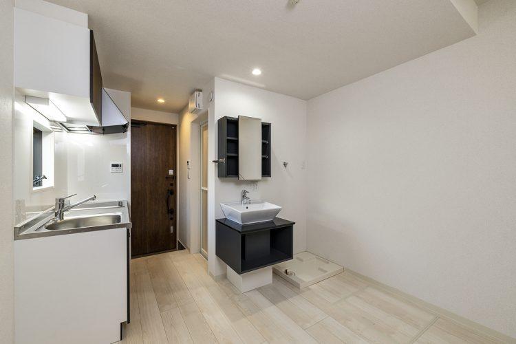 名古屋市中村区のロフト付き賃貸アパートの1階洋室には、キッチン、洗面台、洗濯機置き場あり。