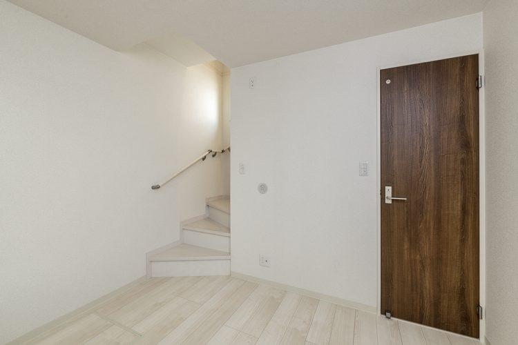 名古屋市中村区のロフト付き賃貸アパートの2階へつながる階段