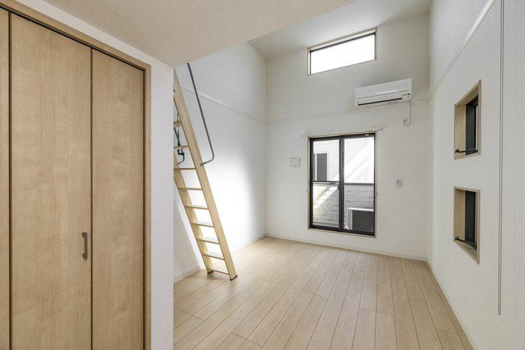 名古屋市中村区のロフト付き賃貸アパートのバルコニーの付いた明るい2階洋室