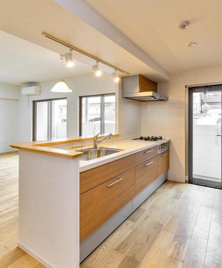 名古屋市名東区の賃貸マンション併用住宅の上に照明があり明るいキッチン
