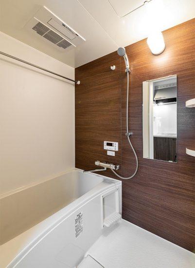名古屋市中村区のロフト付き賃貸アパートの角に棚の付いたバスルーム