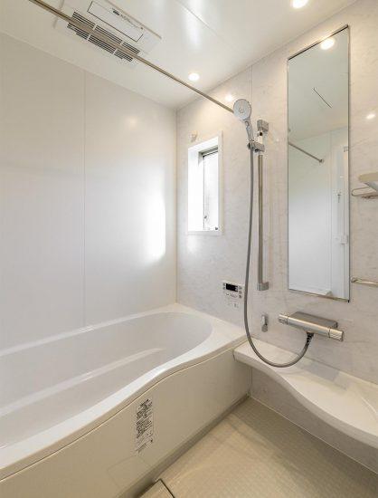 名古屋市名東区のシンプルなデザインの注文住宅の白で統一されたゆったりとしたバスルーム