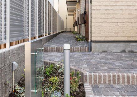 名古屋市中村区のロフト付き賃貸アパートの植栽のあるレンガ調のおしゃれなアプローチ
