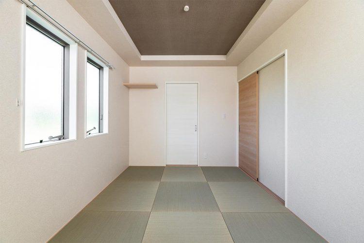 名古屋市名東区のシンプルなデザインの注文住宅の折り上げ天井のヘリなし畳の和室