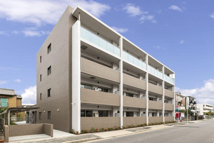 名古屋市名東区の賃貸マンション併用住宅の4階の半透明の手すりパネルがアクセントの外観デザイン