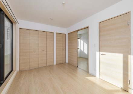 名古屋市西区のモダンな戸建賃貸住宅の明るい2階洋室