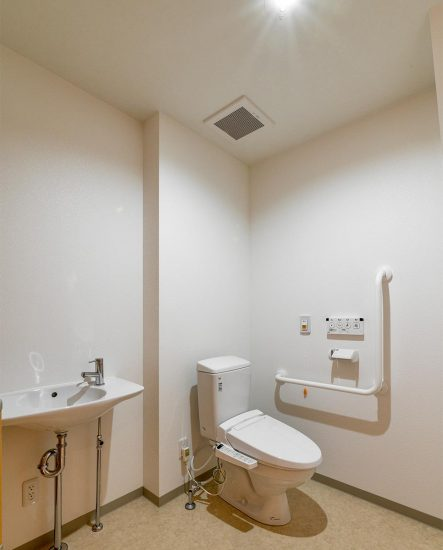 愛知県春日井市のグループホームの手洗い場&手すり付きトイレ
