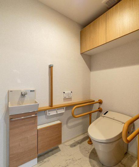 名古屋市名東区の賃貸マンション併用住宅の手洗い場と手すり付きのトイレ