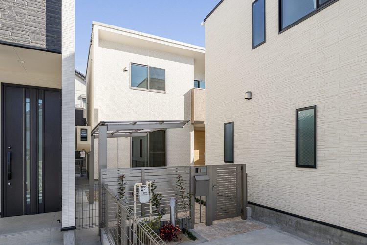 名古屋市西区の門扉の前に植栽のあるモダンな戸建賃貸住宅