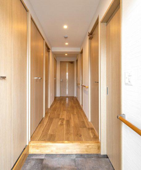 名古屋市名東区の賃貸マンション併用住宅の手すりの付いた玄関ホール