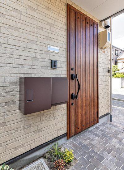 名古屋市中村区のロフト付き賃貸アパートの宅配ボックス付きアンティーク調のおしゃれな玄関