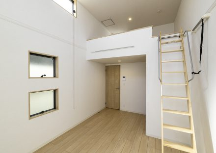 名古屋市中村区のロフト付き賃貸アパートのロフトの付いたナチュラルカラーの2階洋室