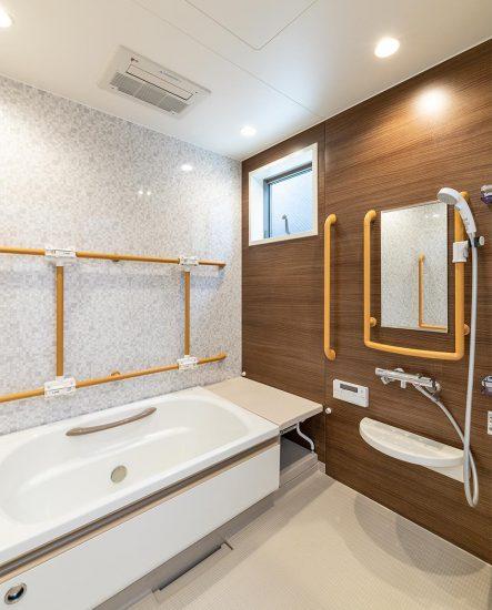 愛知県春日井市のグループホームの手すり付き浴室