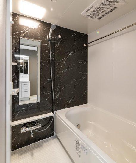 名古屋市名東区の3階建て賃貸マンションの大理石柄のゆったりとしたバスルーム