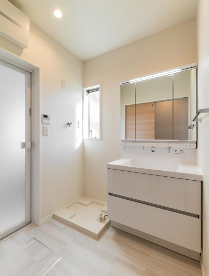 名古屋市名東区のシンプルなデザインの注文住宅の窓があり明るい洗面室