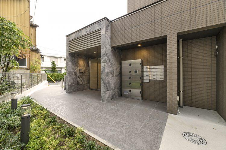 名古屋市名東区の賃貸マンション併用住宅の宅配ボックス・メールボックス付きのエントランス