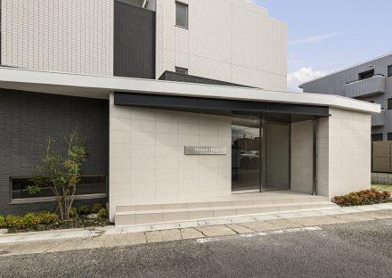 名古屋市名東区の3階建て賃貸マンションの植栽が左右にあるエントランス