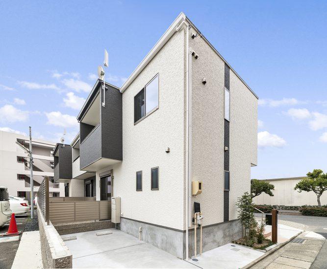名古屋市瑞穂区の戸建賃貸住宅の駐車場と植栽のある戸建賃貸住宅