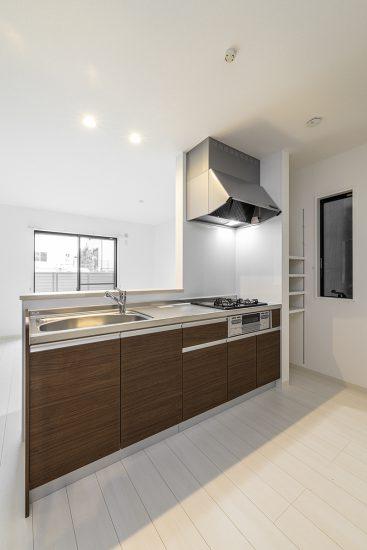 名古屋市瑞穂区の戸建賃貸住宅の横に稼働棚の付いたオープンキッチン