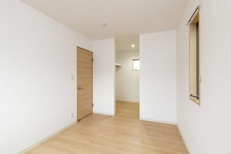 名古屋市瑞穂区の戸建賃貸住宅のウォークインクローゼット付きのナチュラルテイストな洋室