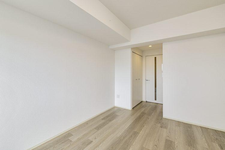 愛知県小牧市のレトロとモダンを組み合わせたデザインの賃貸マンションのドアの横に収納が付いた洋室