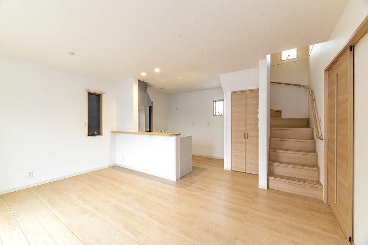 名古屋市瑞穂区の戸建賃貸住宅のリビング階段のあるナチュラルカラーLDK
