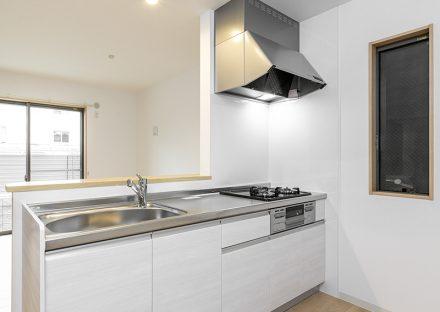 名古屋市瑞穂区の戸建賃貸住宅のガスコンロ付きの白のオープンキッチン