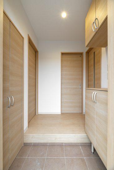 名古屋市瑞穂区の戸建賃貸住宅のナチュラルテイストな収納の多くついた玄関ホール