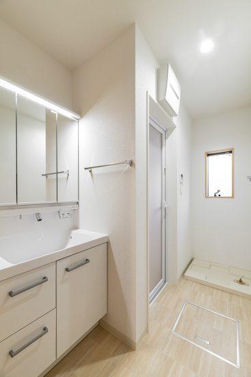 名古屋市瑞穂区の戸建賃貸住宅の白で統一された清潔感のある洗面室