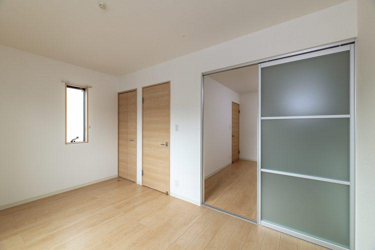 名古屋市瑞穂区の戸建賃貸住宅の半透明の引き戸が付いたナチュラルテイストな2階洋室