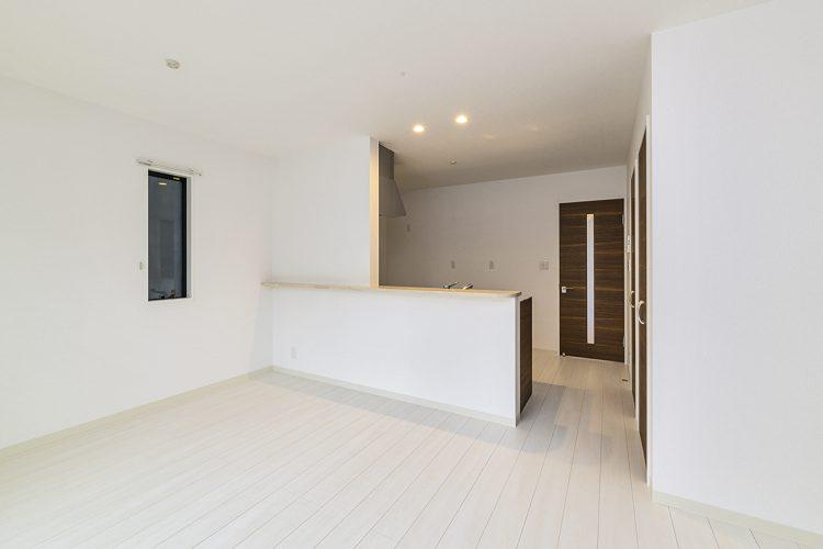 名古屋市瑞穂区の戸建賃貸住宅の白いフローリングのリビングダイニング