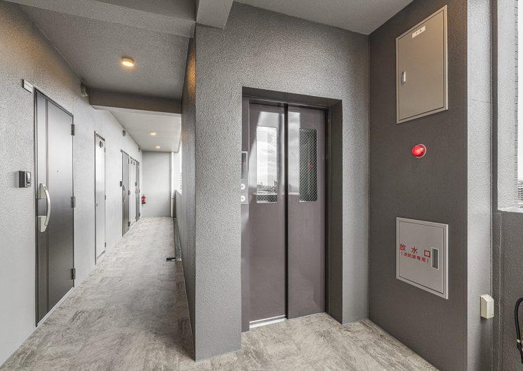 愛知県小牧市のレトロとモダンを組み合わせたデザインの賃貸マンションの共用廊下