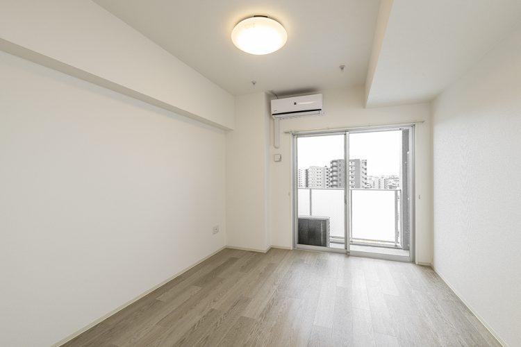 愛知県小牧市のレトロとモダンを組み合わせたデザインの賃貸マンションの半透明の手すりパネルで明るい洋室