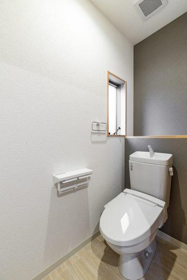 名古屋市瑞穂区の戸建賃貸住宅の棚付きのおしゃれなトイレ