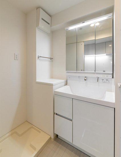 愛知県小牧市のレトロとモダンを組み合わせたデザインの賃貸マンションの白で統一されたモダンな洗面室