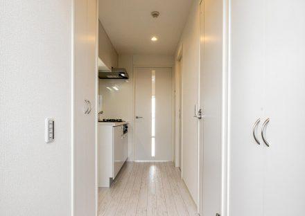 愛知県小牧市のレトロとモダンを組み合わせたデザインの賃貸マンションのフローリングも白っぽい色で統一された玄関ホール